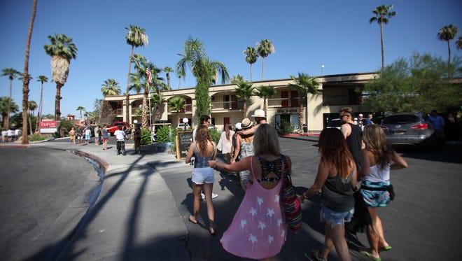 Tourist+walking+around+Palm+Springs