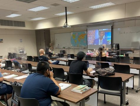 Photo courtesy of The Chaparral/Andrew Yzaguirre. Adjunct instructor Lisa Capozzi teaching Introduction to Mass Media in SOC 10 on September 15, 2021.